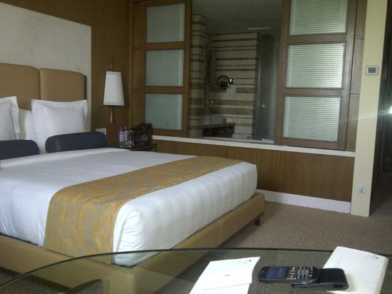 Crowne Plaza Today New Delhi Okhla: Bed & Washroom View inside room