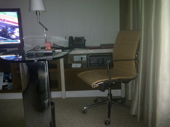 Crowne Plaza Today New Delhi Okhla: Working Desk inside room