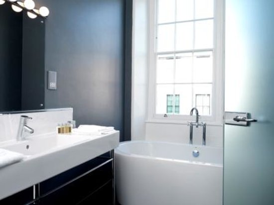 Cinnabar Hertford Hotel: Suite bathroom