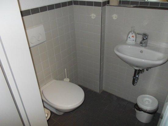 Jugendherberge Pathpoint Cologne:                   Banheiro limpinho. Mas não arrisque, use sandálias.