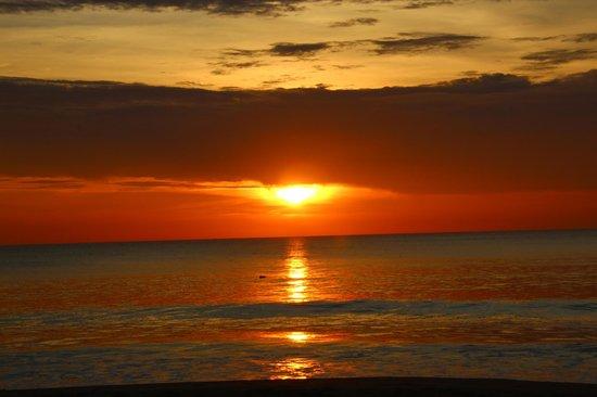 Ranyatavi Resort: Coucher de soleil depuis la plage de l'hôtel