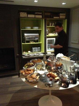La Maison Favart: Auf dem runden Tisch das kleine Frühstück