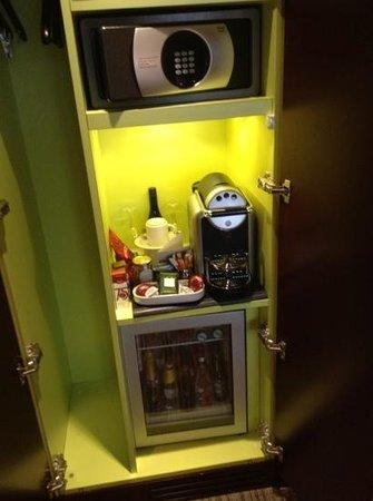 La Maison Favart: Minibar im zimmer