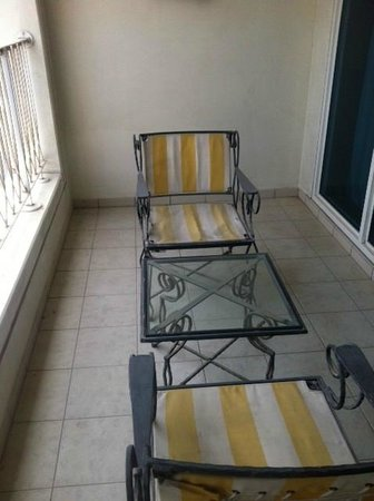 Jood Palace Hotel Dubai:                   Dirty balcony furniture