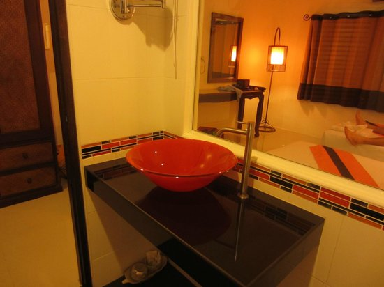 Patong Station House: bathroom