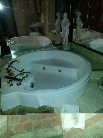 Oasis Hotel:                   Jacuzzi in room 10