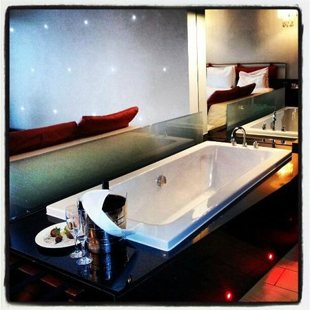 Maryborough Hotel & Spa:                   Bath Tub - Spa Room