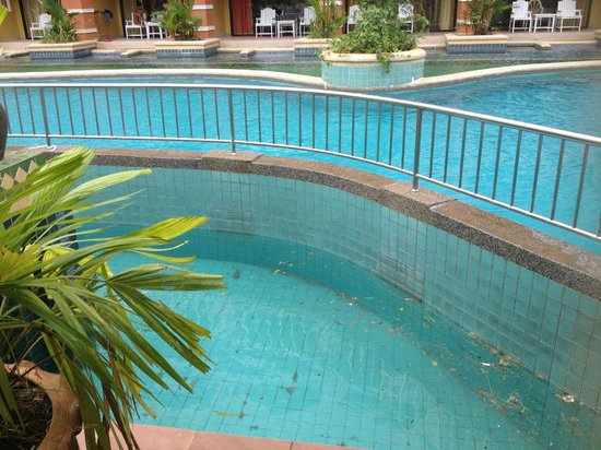 Aonang Ayodhaya Beach Resort: Pool. Smutsig.
