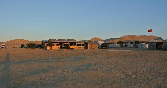 Auberge des Nomades du Sahara : site sous le soleil du matin