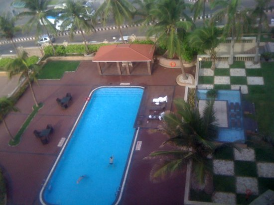 The Gateway Hotel Beach Road :                   SWIMMING POOL VIEW FROM ROOM