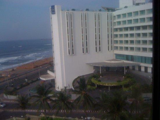 The Gateway Hotel Beach Road :                   PORT N MALL VIEW
