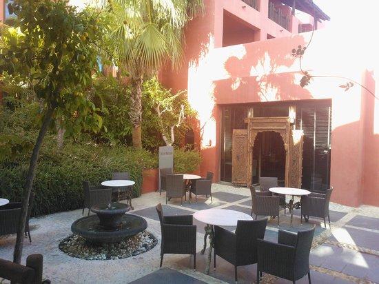 Asia Gardens Hotel & Thai Spa, a Royal Hideaway Hotel: Уютный дворик у бара