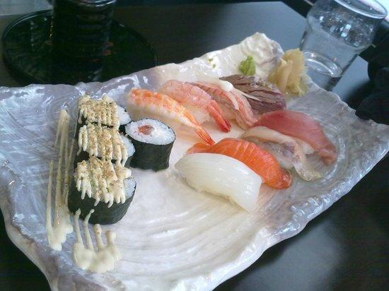 Lui y Keito: Sushi riquísimo (ya empezado a comer)