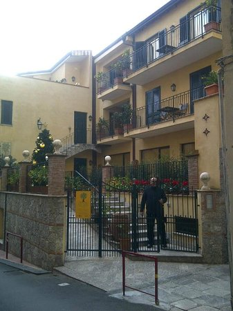 Residence degli Agrumi: Entrada de la Residencia y algunos balcones
