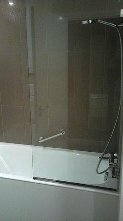 Elysees Mermoz Hotel: doccia e vasca da bagno