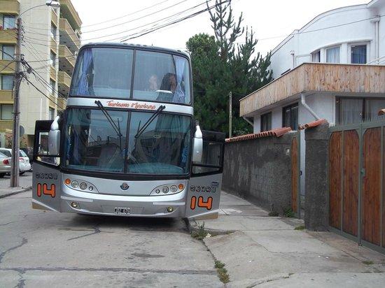 Hotel Andalue : Lateral del hotel y bus en el que viajamos