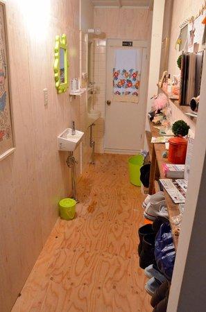 Imazato Guest House: Bathroom hallway.