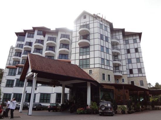 Hotel De' La Ferns:                   Hotel exterior