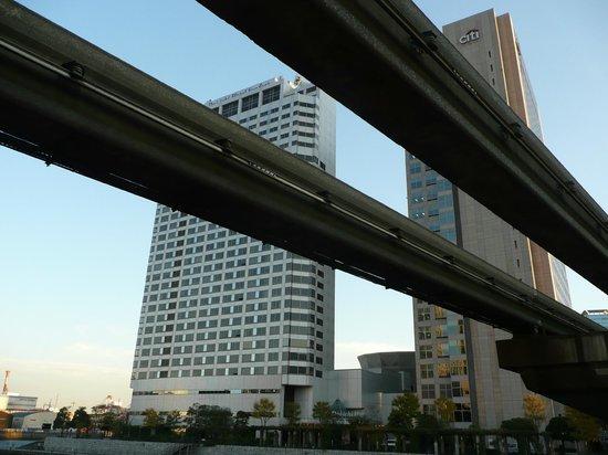 Dai-Ichi Hotel Tokyo Seafort: L'hôtel Dai-ichi Tokyo Seafort d'en bas et du Monorail