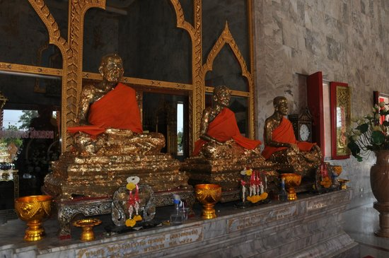 Wat Chalong: buddas in temple