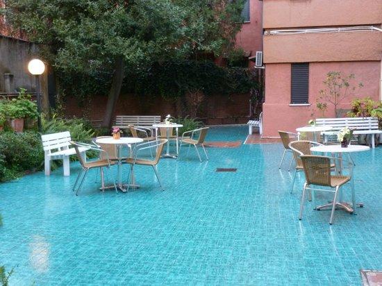 Tirreno Hotel: Rear courtyard