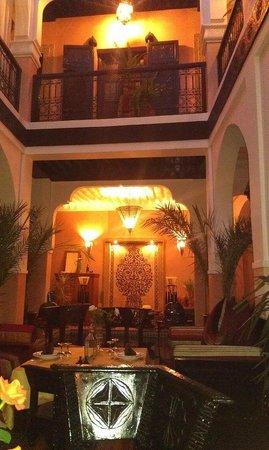 Riad La Rose D'Orient: Espace Salle à Manger avec vue sur la piscine