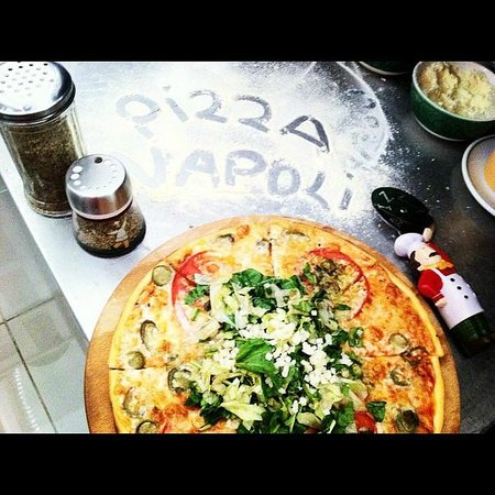 how to eat pizza in napoli