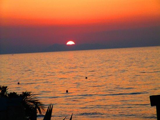 Acharavi Beach Hotel: Sonneuntergang am Strand vom Hotel