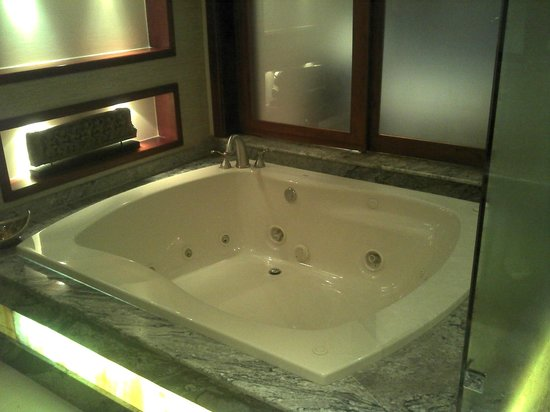 Tabacon Thermal Resort & Spa: Jacuzzi en el baño de la habitación