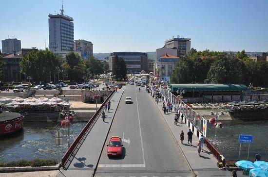 Monument to the Liberators of Nis:                   De brug over de rivier Niševa richting de poort van Trvdjava