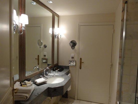 Tiara Chateau Hotel Mont Royal Chantilly: Salle de bain