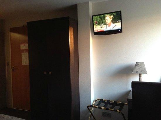 Hotel Reine Mathilde: Closet, TV, small desk to the right