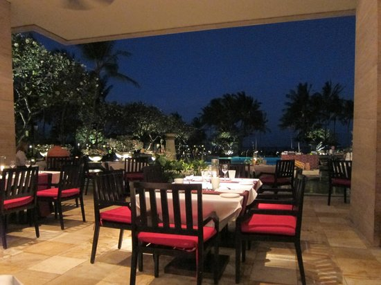 Conrad Bali: Main restaurant at night
