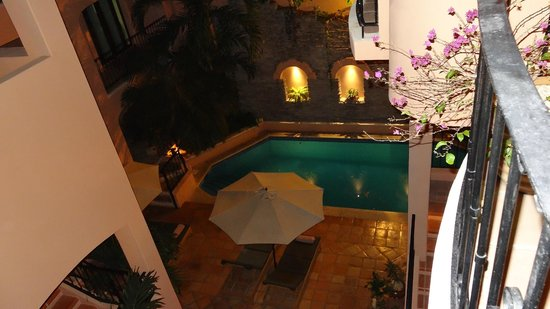 Acanto Boutique Hotel and Condominiums Playa del Carmen Mexico:                   Poolarea evening