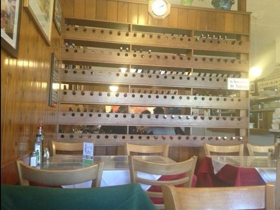 La Parmigiana Italian Restaurant: Wall of wine bottles