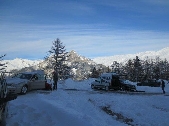 Les Balcons de Maurienne : Parking en bas de l'hôtel