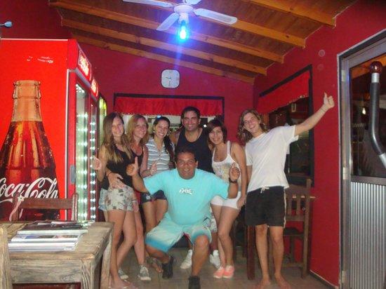 Hostel Park Iguazu: en el bar de lucho junto a los chicos que atienden el hostel