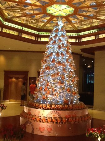 Landmark Bangkok: christmas tree in foyer