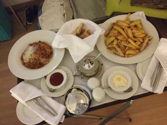 Lindos Blu:                   Room service *****