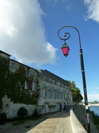 Mia Casa - Maison d'hote :                   Head this way by the river Rhône if you decide to walk from the train station