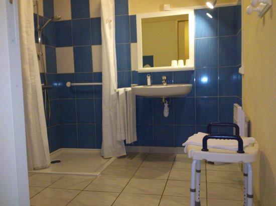 Hotel la Mirandole : salle de bains aménagée handicapé