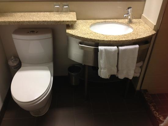 Club Quarters Hotel, Wacker at Michigan: clean bathroom