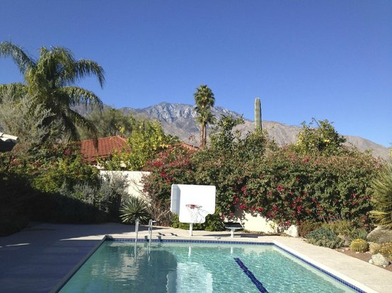 Las Fuentes Inn and Gardens : Surrounding scenery from pool deck