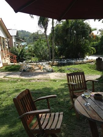 Caribbean Place Donde Martin : mesas en jardin a la entrada