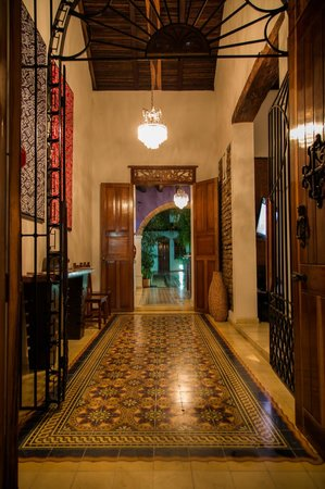 Casa de Isabella - a Kali Hotel: Entrance at night