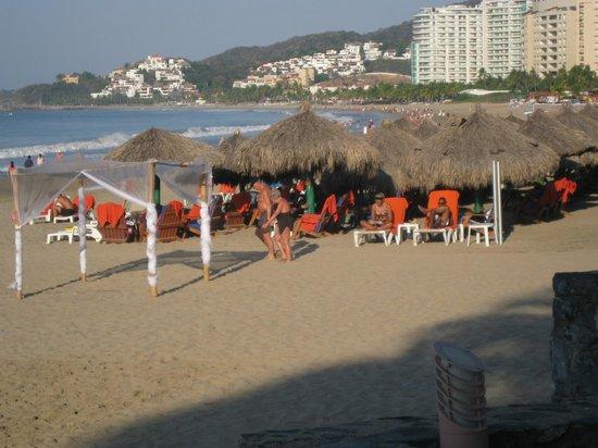 Sunscape Dorado Pacifico Ixtapa: Palapas sur la plage