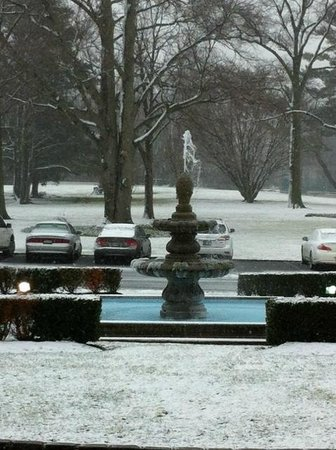 Glen Cove Mansion and Conference Center: Beautiful Fountain at Entrance