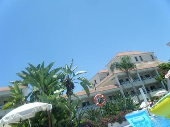 Aparthotel Parque de la Paz:                   relaxing by the pool enjoying the clear blue sky & sunshine
