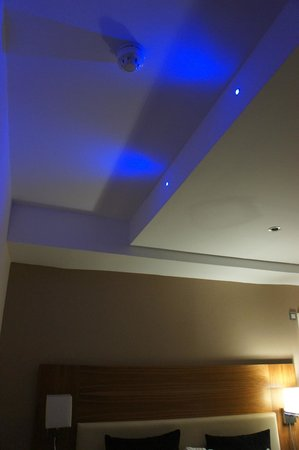 Mercure London Bloomsbury: Eclairage bleu du plafond