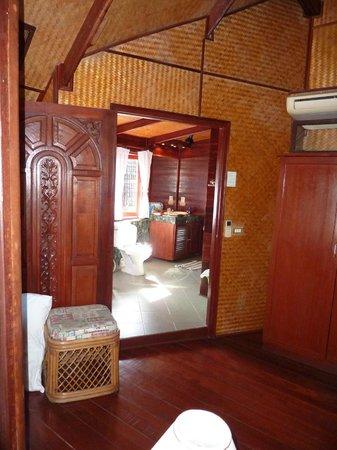 Coconut Paradise Resort :                   OG sicht vom Schlafzimmer ins Bad